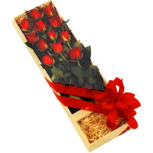 kutuda 12 adet kirmizi gül   Batman çiçek yolla