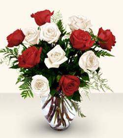 Batman uluslararası çiçek gönderme  6 adet kirmizi 6 adet beyaz gül cam içerisinde