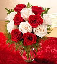 Batman uluslararası çiçek gönderme  5 adet kirmizi 5 adet beyaz gül cam vazoda