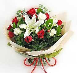 güller ve kazablanklardan görsel bir buket  Batman internetten çiçek satışı