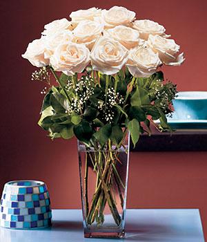 Batman hediye sevgilime hediye çiçek  Cam yada mika vazo içerisinde 12 gül