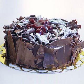 pasta yolla 4 ile 6 kisilik visneli çikolatali yas pasta  Batman çiçek siparişi sitesi
