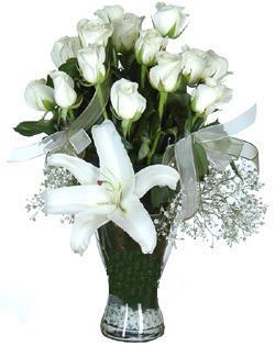 cam içerisinde 11 beyaz gül ve 1 kazablanka  Batman çiçek siparişi sitesi