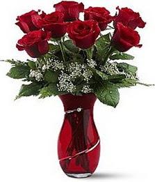 Vazo içinde 8 adet kirmizilar içinde güller  Batman internetten çiçek siparişi