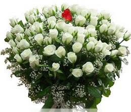 Batman internetten çiçek satışı  100 adet beyaz 1 adet kirmizi gül buketi