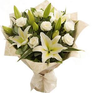 Batman anneler günü çiçek yolla  3 dal kazablanka ve 7 adet beyaz gül buketi