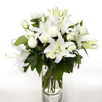 Batman çiçek gönderme sitemiz güvenlidir  1 dal cazablanca 7 adet beyaz gül vazosu