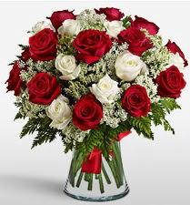 Vazoda 12 kırmızı 12 beyaz gül tanzimi  Batman uluslararası çiçek gönderme