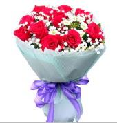 12 adet kırmızı gül ve beyaz kır çiçekleri  Batman çiçekçi mağazası